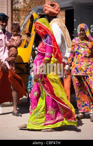 Young pregnant woman, discrètement voilée, avec sa famille à Sadri ville en pali District de Rajasthan, Inde de Banque D'Images