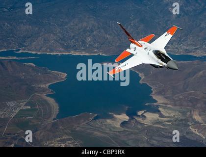 Un faucon F-16 de combat équipé de balises d'identification par radiofréquence vole derrière un NKC-135 Stratotanker lors d'un essai en vol aérien le 7 avril 2010. La mission consiste à tester le système d'identification automatique des aéronefs récepteurs installé sur le pétrolier d'essai NKC-135
