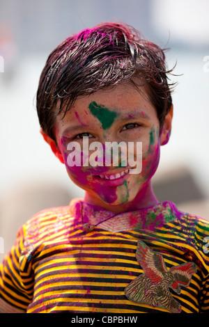 Jeune Indien hindou célébrant Holi festival de couleurs avec des peintures en poudre à Mumbai, Inde Banque D'Images