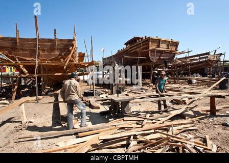 Charpentiers travaillant au chantier naval. Vanakbara. Diu. Territoires de l'Union européenne, de Daman et Diu. Banque D'Images