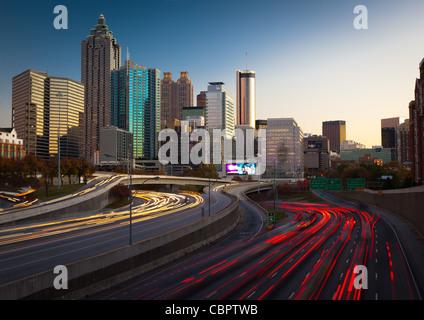 L'autoroute I-85 et de Midtown Atlanta en fin d'après-midi Banque D'Images