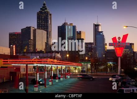 Midtown Atlanta bâtiments au crépuscule avec un restaurant fast food à l'avant-plan Banque D'Images