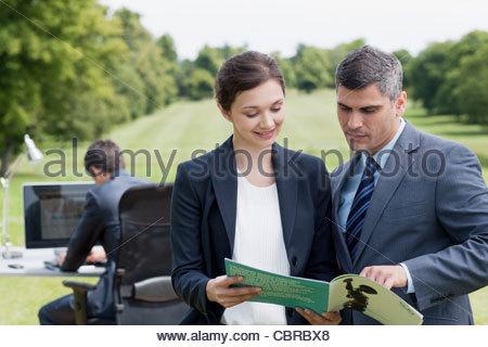 Les gens d'affaires à la recherche à l'ensemble du rapport à l'extérieur Banque D'Images