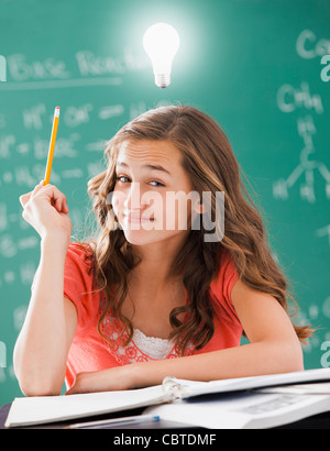 Caucasian student avec ampoule au-dessus de sa tête Banque D'Images