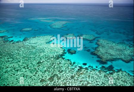 Vues aériennes de la spectaculaire Grande Barrière de Corail près de îles Whitsunday dans le Queensland, Australie. Banque D'Images
