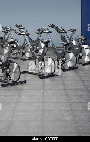 Spinning vélos stationnaires, centre de remise en forme Banque D'Images