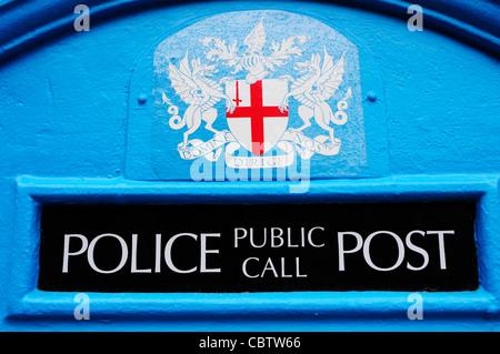 Ancien Bleu Téléphone fort détaillée, London, England, UK Banque D'Images