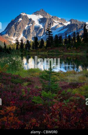 Le mont Shuksan dans l'état de Washington's North Cascades National Park qui reflète de Photo Lake Banque D'Images