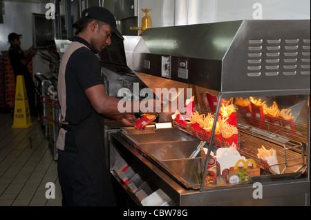 Mcdonald's restaurant grâce à l'entraînement dans la banlieue de Harrow Banque D'Images
