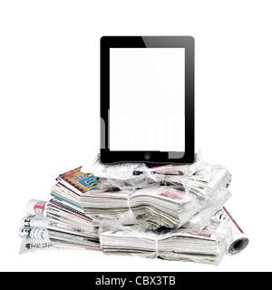 E-reader et journaux isolé sur blanc. Banque D'Images