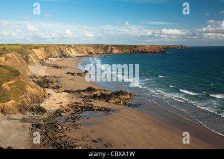 Vue du haut de la falaise sur Manorbier la côte du Pembrokeshire, Pays de Galles, Royaume-Uni Banque D'Images