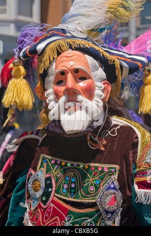 Participant masqué au carnaval annuel festival à Mission District, San Francisco, California, USA Banque D'Images