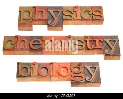 Physique, chimie et biologie - sciences naturelles - concept mots en typographie vintage wooden blocks isolated Banque D'Images