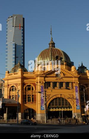 Points de repère connus: la Tour Eureka moderne et historique de la gare de Flinders Street dans le centre de Melbourne, Banque D'Images