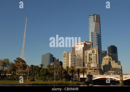 En regardant vers Southbank et Eureka Tower de Birrarung Marr Park dans le centre de Melbourne, capitale de Victoria, Banque D'Images