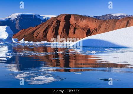 Les croisières entre les icebergs à Ø Røde, Scoresbysund, Groenland Banque D'Images
