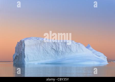 Iceberg au coucher du soleil à Hall Bredning, Scoresbysund, Groenland Banque D'Images