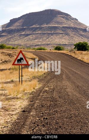 Elephant Crossing Road Sign - Damaraland, Namibie, Afrique Banque D'Images