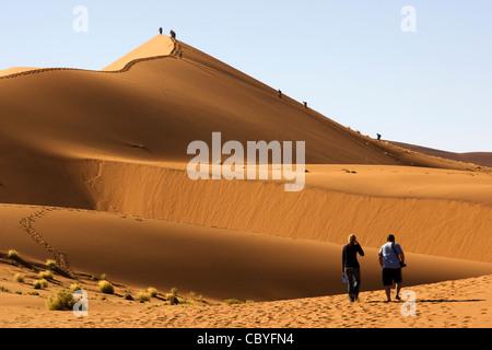 Les gens des Dunes de Sossusvlei - Escalade - Parc national du Namib-Naukluft National Park, Namibie, Afrique Banque D'Images