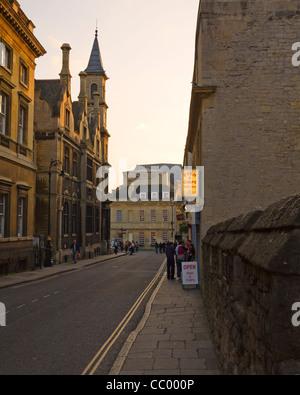 Vue vers l'ouest en soirée dans la région de quartier Les murs, baignoire, Somerset, England, UK. Strada restaurant Banque D'Images