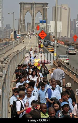 Groupe d'Écoliers SUR LE PONT DE BROOKLYN, sortie scolaire, NEW YORK CITY, NEW YORK, UNITED STATES Banque D'Images