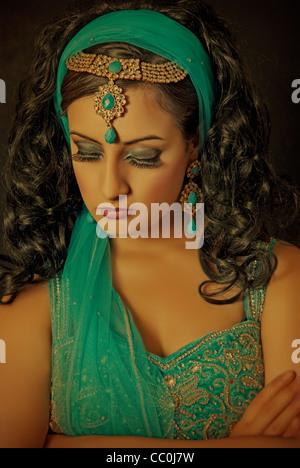 Belle jeune mariée indien perdu dans ses pensées Banque D'Images