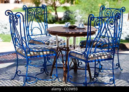 Table et chaises bleues dans le jardin à sunny day Banque D'Images
