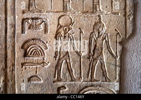 Close up de hiéroglyphes dans l'Hibis Temple, l'ancienne capitale de Kharga Oasis, Désert occidental de l'Égypte Banque D'Images