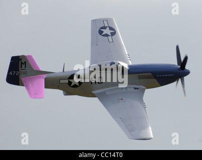 North American P-51D-20 (472216/HO-M, G-BIXL, Miss Helen) exécution de la voltige aérienne à l'aéroport de Kemble Banque D'Images
