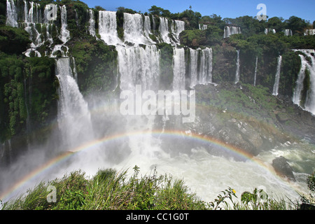 En face de l'arc-en-ciel d'Iguazu / Iguassu Falls / Iguaçu Falls vu de l'Argentine Banque D'Images