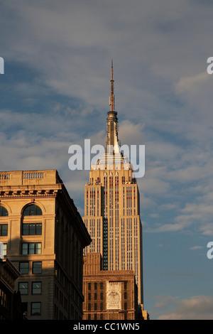 Une vue sur l'Empire State Building en fin d'après-midi du soleil. Manhattan, New York, United States Banque D'Images