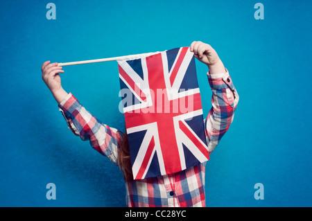 Une jeune fille tenant un drapeau britannique Banque D'Images