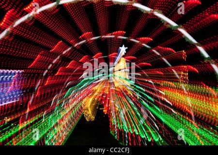 Résumé motif multi-couleur de l'éclairage électrique rayonnant à partir d'un point central, sur un fond noir Banque D'Images