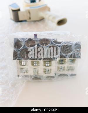 Studio shot of house enveloppé dans du papier bulle Banque D'Images