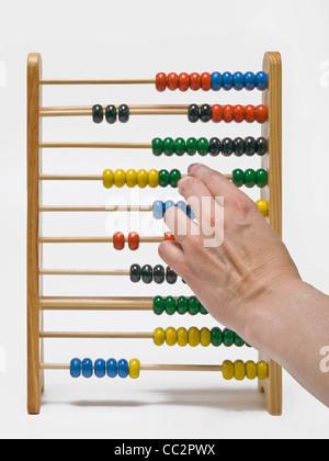 Boules de couleur sont déplacés sur une calculatrice Banque D'Images