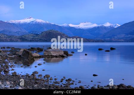 Aube sur le lac Wanaka et les sommets enneigés des Alpes du Sud, Wanaka, Otago, Nouvelle-Zélande
