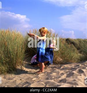 Enfants jouant un jeu dans le sable en été à Pembrey Country Park près de Llanelli au Pays de Galles du Sud Grande Banque D'Images