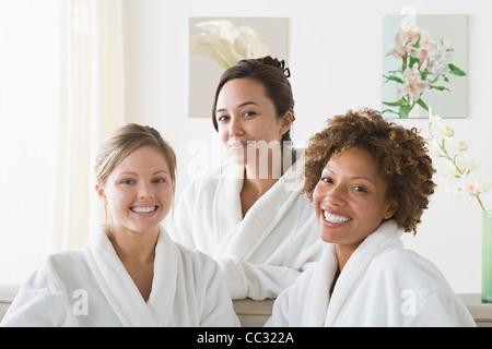 USA, Californie, Los Angeles, Portrait de trois femmes attrayants en relaxant spa Banque D'Images