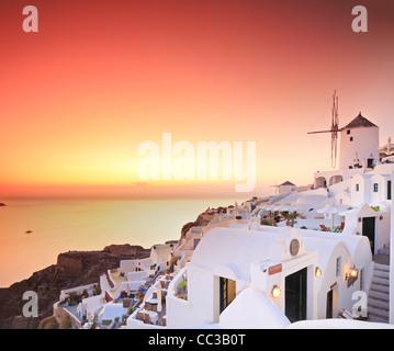 Une vue sur un village sur l'île de Santorin, Grèce au coucher du soleil Banque D'Images