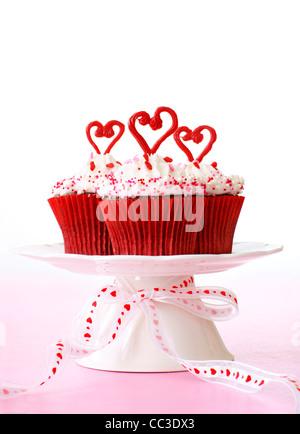 Cupcakes avec glaçage vanille pour la Saint-Valentin. Banque D'Images