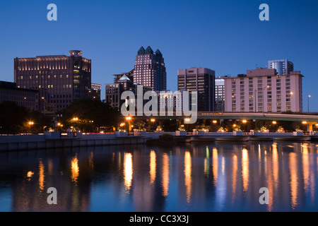 USA, Floride, Orlando, ligne d'horizon du lac de Lucerne, dusk Banque D'Images
