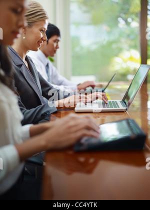 Réunion d'affaires de groupe dans la salle de conférence et de l'utilisation d'ordinateurs portatifs. Vue de côté, Banque D'Images