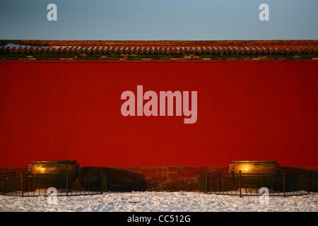 L'eau de Bronze avant la tva, mur rouge de la Cité Interdite, Pékin, Chine Banque D'Images