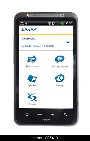 À l'aide de l'application PayPal sur un smartphone HTC Banque D'Images