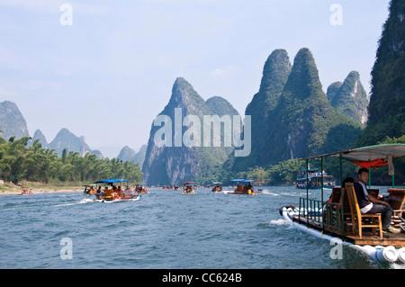Radeaux de bois sur la rivière Li de Guilin et Yangshuo, entre la province de Guangxi - Chine Banque D'Images