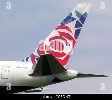 """British Airways de couleurs de la queue """"Chelsea Rose"""" sur un Boeing 767-300 (G-BNWB) près de l'aéroport de Londres Banque D'Images"""