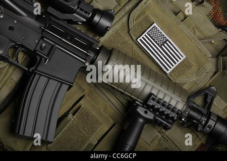 Concept militaire, toujours la vie. Gilet tactique avec drapeau américain bataille fusil d'assaut et de close-up. Banque D'Images