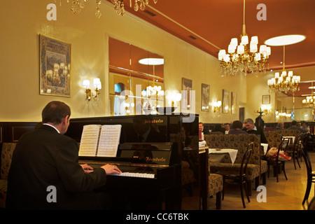 Österrreich, Wien 9, Währinger Straße 68, Café Weimar. Das Haus wurde 1880 von & Hellmer Fellner errichtet