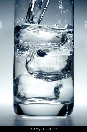 Verre d'eau avec des cubes de glace Banque D'Images