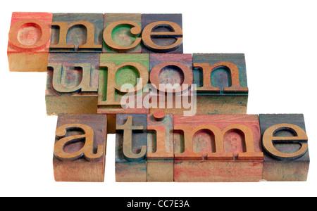 Conte de la narration (première phrase) - Mots en typographie vintage, blocs en bois isolé sur fond blanc Banque D'Images